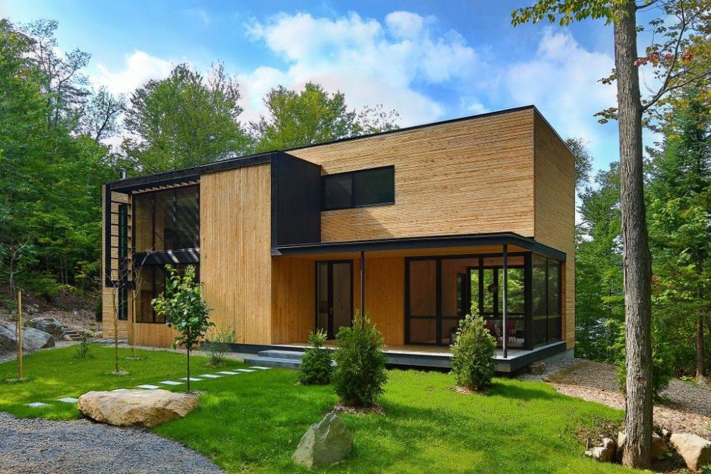 Dom ukrytý v lese mení svoj vzhľad s ročným obdobím