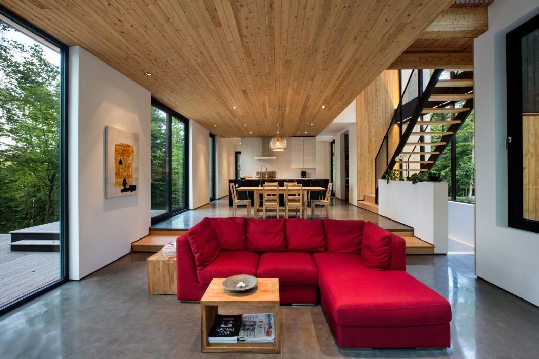 Drevený dom ukrytý v lese využíva krásy prírody