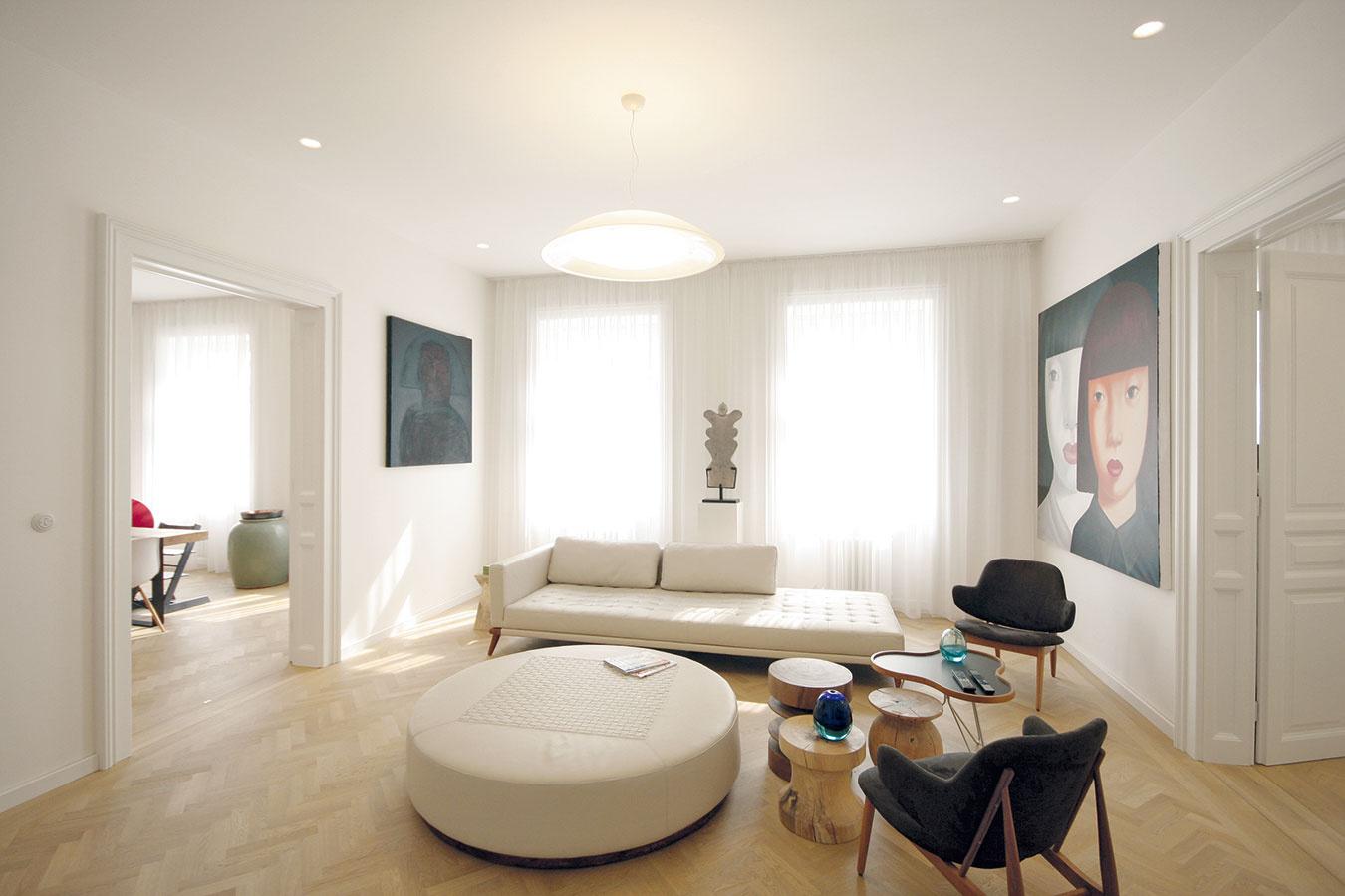 Priechodné miestnosti obyvateľom bytu ani vnajmenšom neprekážajú – priechodná je len denná zóna vstrede bytu, teda spoločný priestor pre rodinu, kde sa žije akomunikuje.