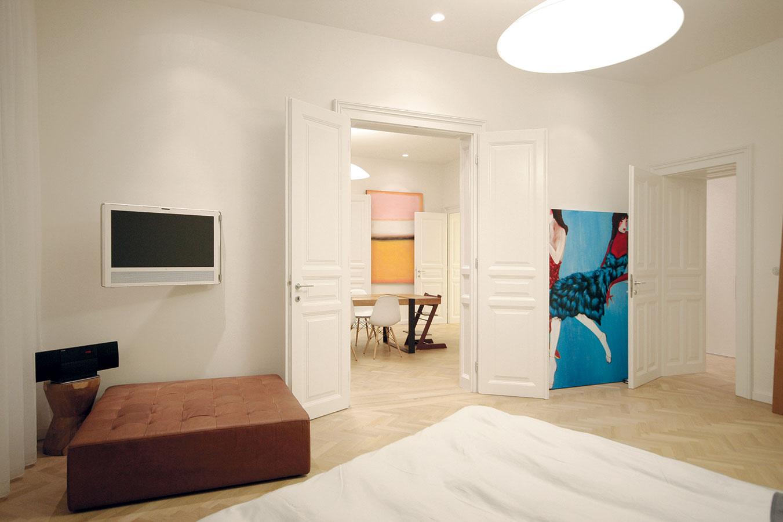 Pohľad zo spálne cez všetky miestnosti bytu. Rodina žije otvoreným spôsobom, takže imotvorené riešenie dispozície vyhovuje anaplno využívajú spájacie možnosti dvojkrídlových dverí.