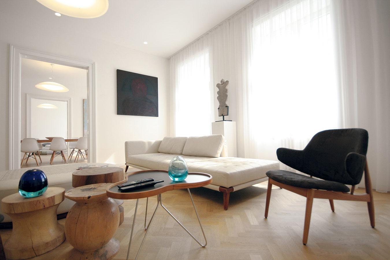 Aj napriek zničenému interiéru majiteľ rozpoznal potenciál starého bytu