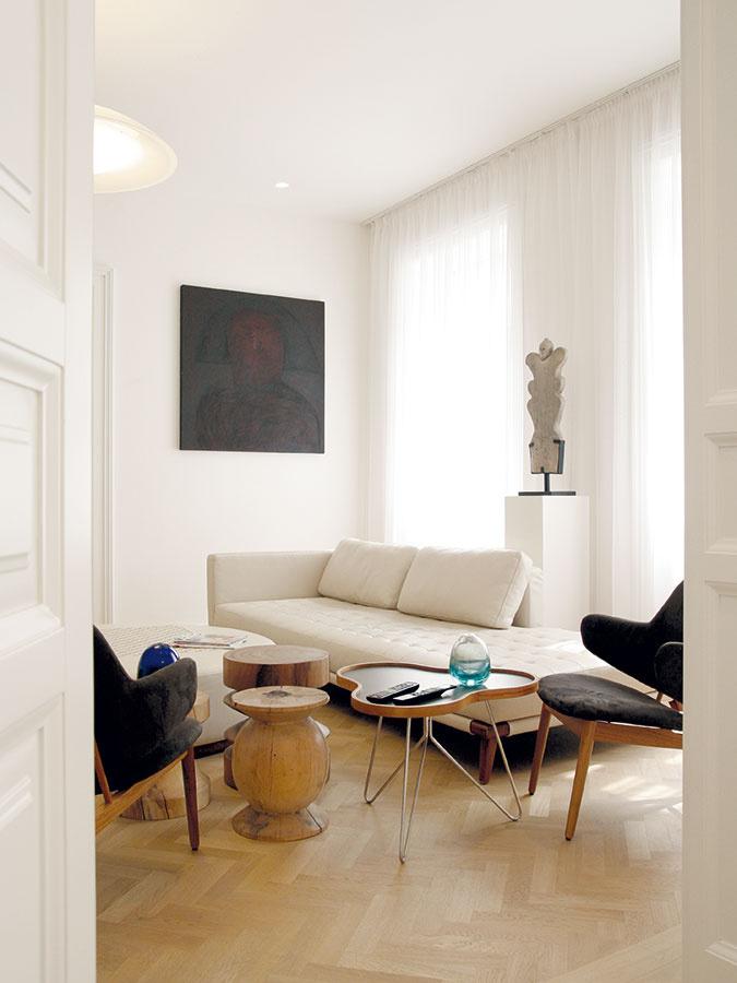 Pôvabné zoskupenie obývačkového zariadenia je kombináciou prevažne atypických výrobkov dovezených zo Singapuru.