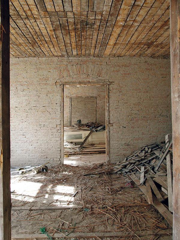 Keďže pôvodné steny boli krivé, na vyrovnanie bolo potrebných viac vrstiev omietok.