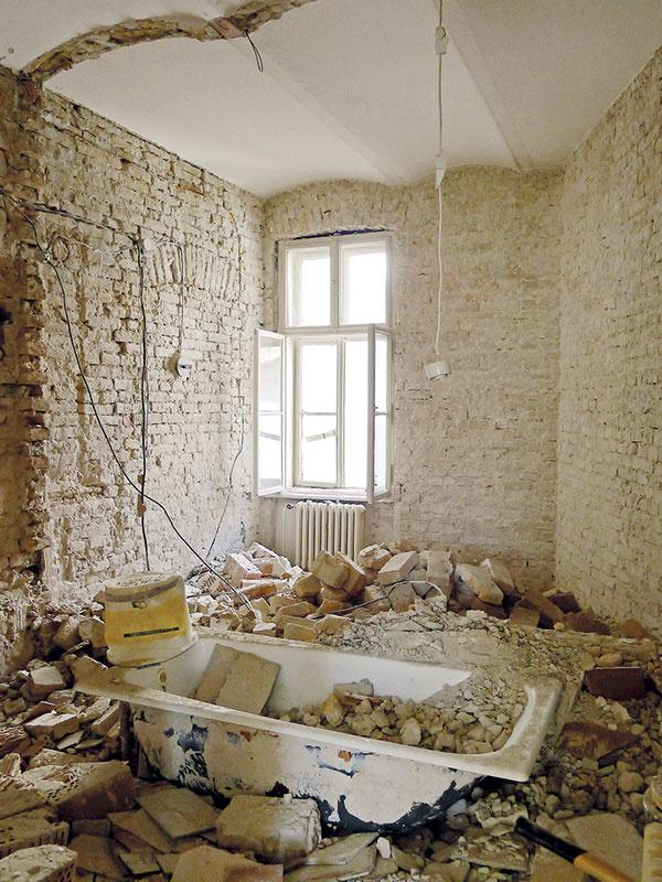 Strop zmurovaných klenieb sa podarilo zachrániť, dvere aokná však museli nahradiť replikami (vrátane zárubní akazetového obloženia ostení).