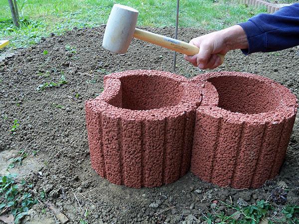 Jednotlivé prvky jemne poklepeme gumeným kladivom, aby sme ich dostali do roviny.