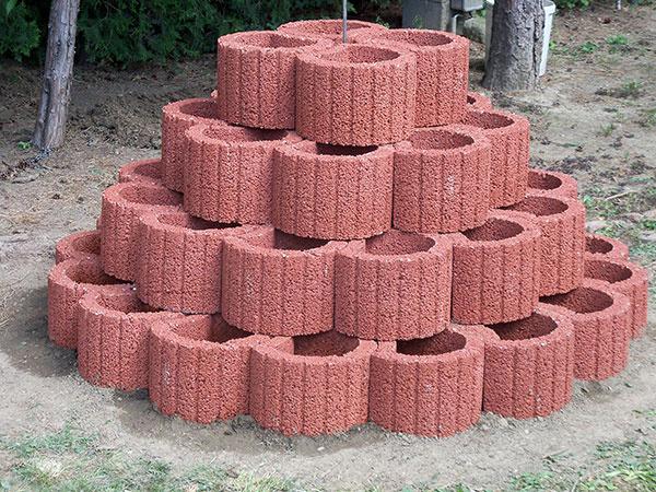 Po výstavbe jahodovej pyramídy jednotlivé tvárnice vyplníme so zeminovým substrátom, pričom objem jednej tvárnice je 6,6 l.  Sadenice jahôd môžeme osádzať  po ukončení stavebných prác. Do jednej tvarovky odporúčame zasadiť 2 sadeničky jahôd.