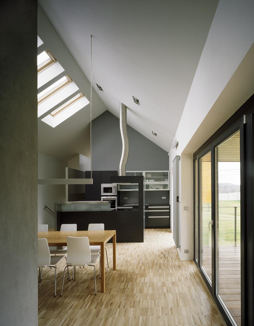 Strešné okná VELUX rovnomerne presvetľujú celú spoločenskú časť, a nielen to: slúžia na rýchle vyvetranie prostredníctvom tzv. komínového efektu.