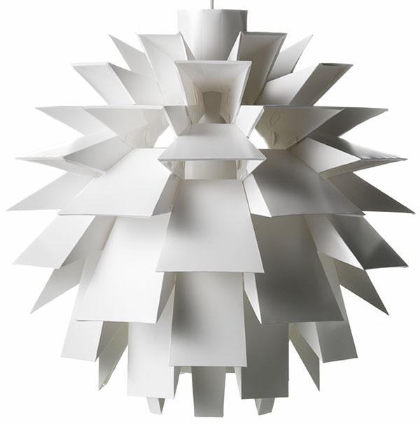 Vrstevnaté svietidlo Norm 69 rozpráva príbeh oobjavení zabudnutého návrhu. Vzniklo ešte na konci šesťdesiatych rokov 20. storočia. Dánsky architekt Simon Karkov – inšpirovaný pôvabom kvetín – ho poskladal zo 69 kúskov plastu avytvoril podobný spôsob rozptylu svetla ako Poul Henningsen desaťročie pred ním. Táto vizionárska lampa sa však do výroby dostala až vroku 2001 vďaka spolupráci medzi Karkovom adizajnérskym start-upom Normann Copenhagen. Od 90 €, Normann Copenhagen