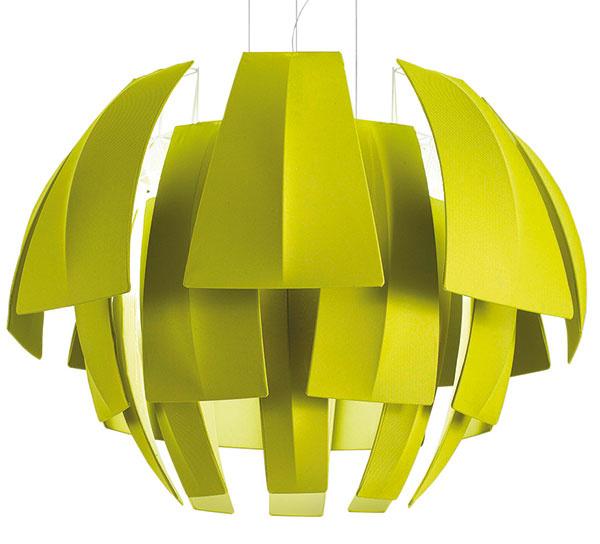 Expresívny model Plumage priznáva prírodnú inšpiráciu rovnako ako ďalšie lampy znášho výberu na tejto dvojstrane. Predloha na jeho konštrukciu však nepochádza zrastlinnej, ale zo živočíšnej ríše – prekrývajúce sa elementy majú evokovať úhľadne poskladané pierka nejakého tropického vtáka. Sú vyrobené znehorľavej tkaniny napnutej na drôtenom ráme aokolo zdroja svetla vytvárajú efektnú clonu. Vyrába AXO Light