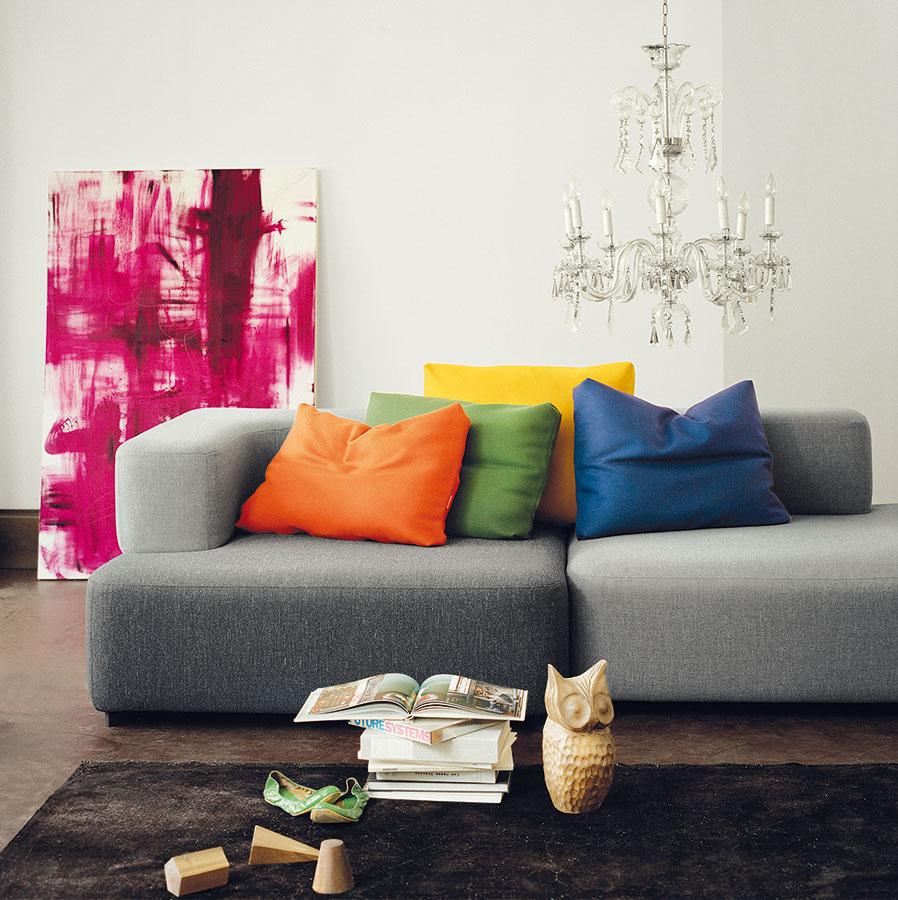 """Panelákové """"štyri biele steny"""" zariadené moderným nábytkom si žiadajú kúsok umenia vo forme obrazu alebo krištáľového lustra."""