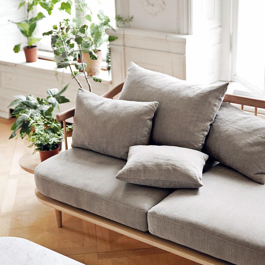Kombinácia starých bytov, drevených parkiet asivej farby stradicionalistickým nábytkom je zárukou citlivého priestoru.