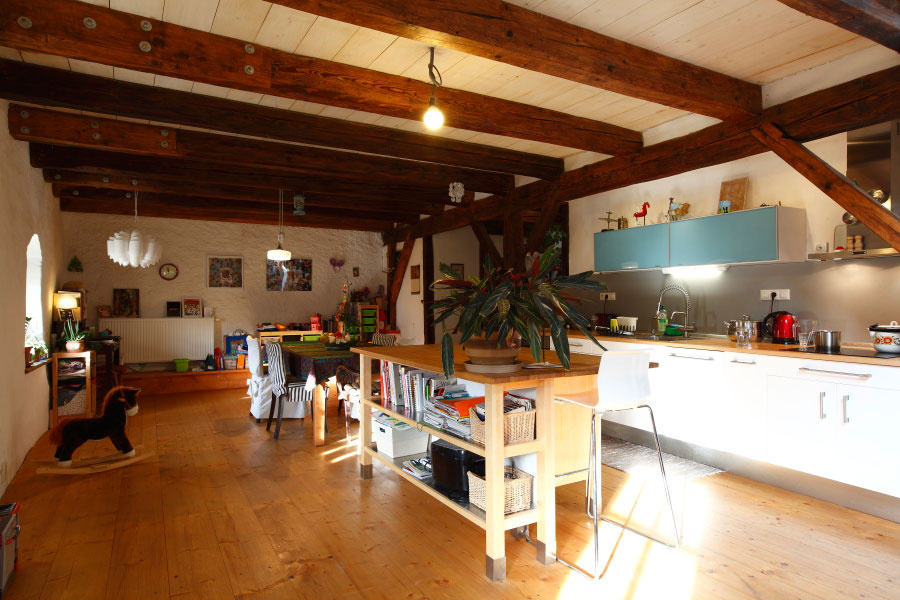 Prázdny podkrovný priestor v centre Štiavnice premenili na poetické bývanie