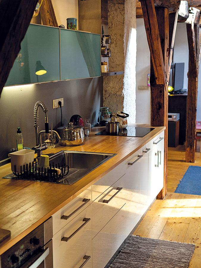 Pri koncipovaní dispozície využili raster, ktorý vpodkroví vytvára rytmus drevených stĺpov – aj kuchynskú linku napasovali presne medzi ne.