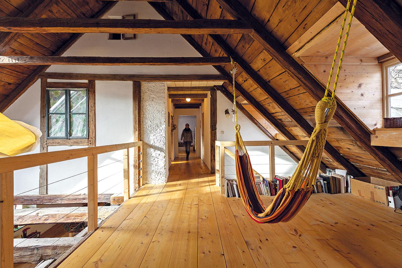 Za iluzórnou fasádou vhornej časti krovu je manželská spálňa, chodbou sa ďalej dostanete kmalej kúpeľni adetskej izbe.