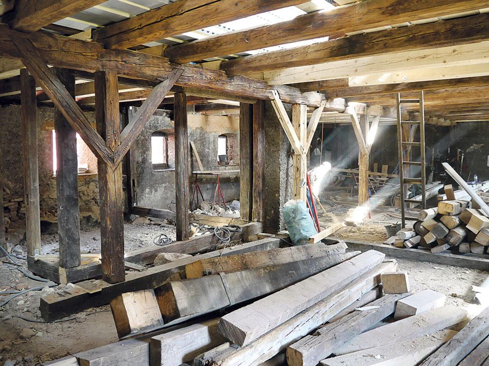 Zo stavby. Na pôvodný násyp naniesli vrstvu ekostyrénu, ktorý je ľahký, čiastočne priedušný azafixuje prach. Na tento overený, ľahko odstrániteľný, ateda reverzibilný materiál položili drevené palubovky, vniektorých priestoroch ponechali pôvodné tehlové podlahy.