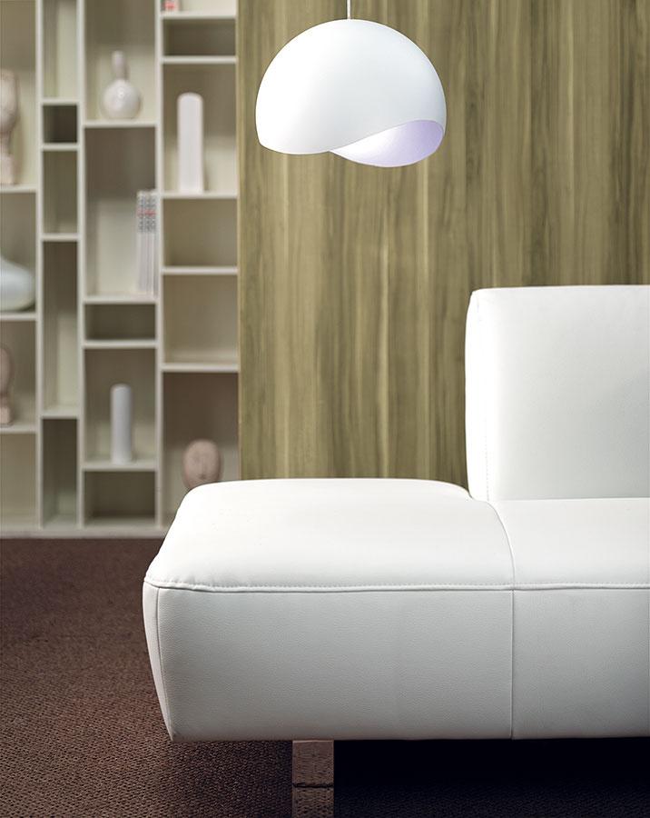 Svietidlá ako solitéry. Osvetlenie je dôležitým prvkom vytvárania atmosféry, preto by svietidlá určite nemali byť interiérovou popoluškou. Akcentujte dôležité zóny – sedenie vobývačke či jedálenský stôl – svietidlami, ktoré svojím dizajnom obstoja ako solitéry.