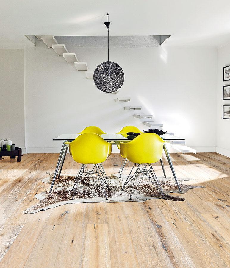 Aktuálne kombinácie. Dnešným trendom sú svetlé drevené alaminátové podlahy. Na rozdiel od tmavých drevín, ktoré zažili obdobie slávy pred pár rokmi, takáto podlaha veľmi neobmedzuje vďalšom výbere farebnosti stien azariadenia. (foto: dubová podlaha zkolekcie Atelier od značky Kährs, predáva KPP)