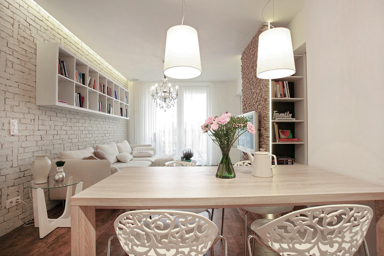 Jedálenský stôl priamo nadväzujúci na priestor kuchyne sa pri spoločnom varení s malou princeznou stáva pomocnou pracovnou plochou.  Otvorený priestor do obývačky a čiastočný výhľad do uličnej zelene zasa spríjemňuje spoločné víkendové stolovanie.