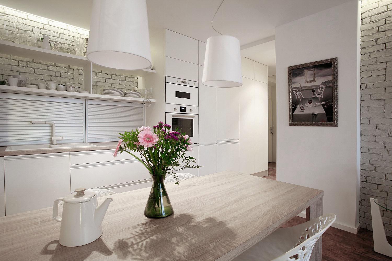 Roletové skrinky v kuchyni ukrývajú všetky spotrebiče, ktoré môžu byť v kuchyni potrebné. Takto je kuchyňa aj po varení na poslednú chvílu čistá ešte než prídu hostia.