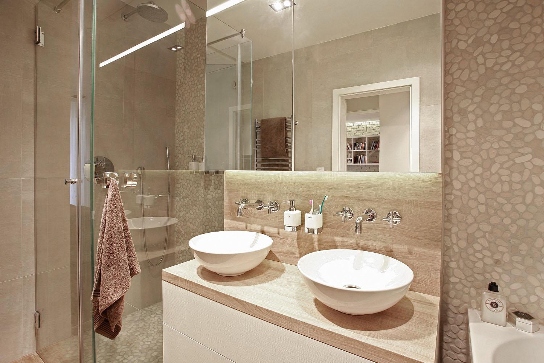 Ďalšou požiadavkou klientky bola plnohodnotná kúpeľna s vaňou, sprchou, dvoma umývadlami a samozrejme samostané wc.