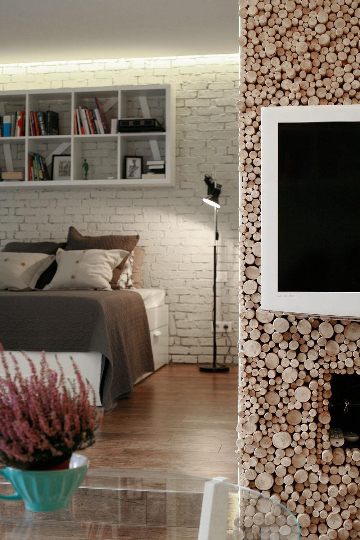 Nábytok tvoriaci steny medzi chodbou, obývačkou a spálňou skrýva opať veľa úložných priestorov. Zo strany obývacej izby spĺňa i funkciu televíznej skrinky, ale nevšedným materiálom, tvoreným tisíckami odrezkov konárikov sa stal šperkom bytu.