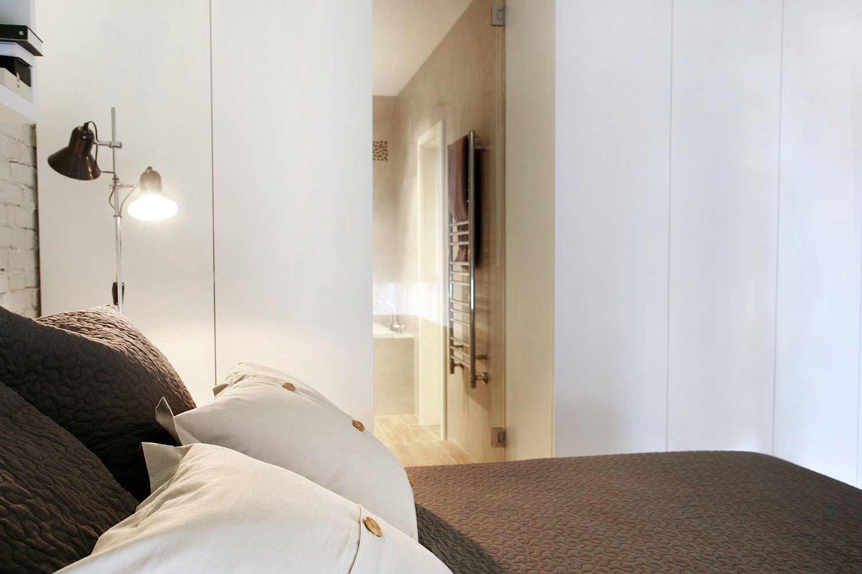 Kúpeľňa prepojená sklenenými dverami so spálňou má dostatok prirodzeného svetla i ked je vnútri dispozície. Roleta v strope umožňuje odclonenie prípadných nežiadúcich pohľadov.