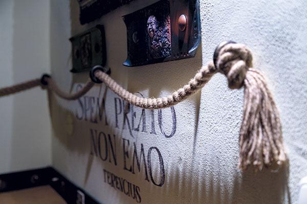Masívnejšie lano nad vyvýšeným sedením je zaujímavým dekoratívnym prvkom.