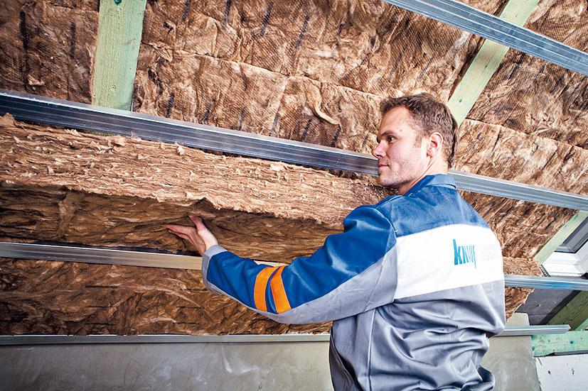 Na izoláciu šikmých striech sú najvhodnejšie produkty zo sklenej minerálnej vlny – vďaka vláknitej štruktúre sa prispôsobia nerovnostiam v strešnej konštrukcii a pružné vlákna dokonale vyplnia medzikrokvový priestor, čím zabránia vzniku tepelných mostov. Ďalšou výhodou sklenej minerálnej vlny je jej vysoká priepustnosť vodných pár.  V produktoch na báze ECOSE Technology od spoločnosti Knauf Insulation sa navyše používajú spojivá s prírodným základom.