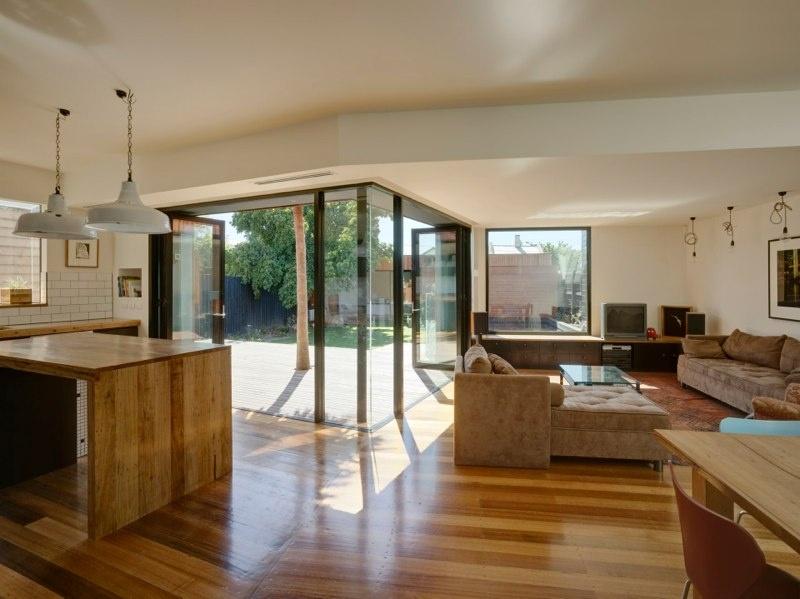 Fádny dom na predmestí premenili na príťažlivé drevené sídlo