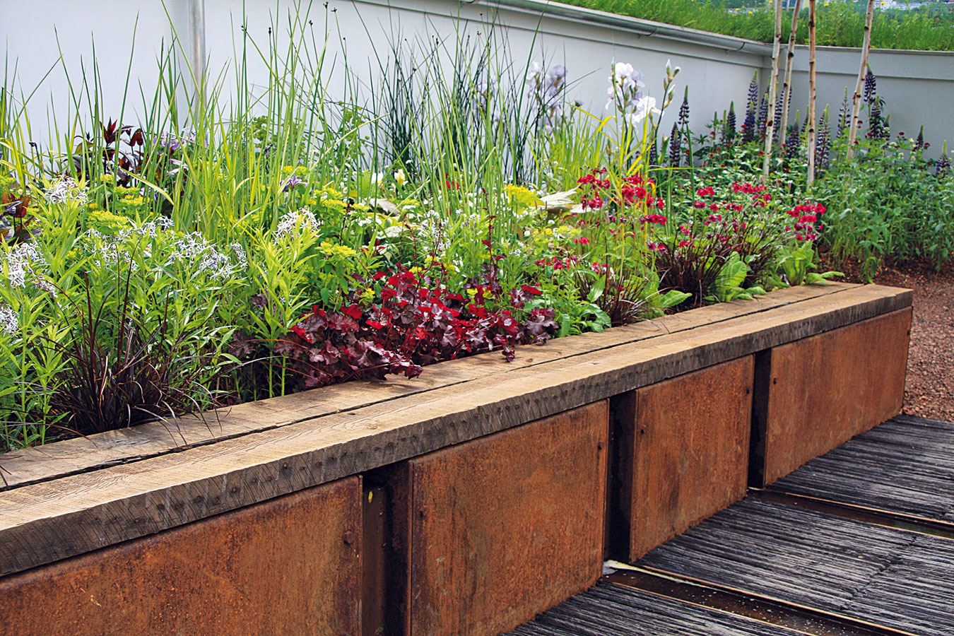 Aktuálnym trendom je zakomponovať do okrasnej záhrady aspoň jedno miestečko, kde sa vysadia úžitkové rastliny. Ideálnym riešením je vyvýšený záhon, ktorý je nielen estetický, ale prináša so sebou aj ďalšie výhody. Vprvom rade umožňuje vytvoriť kvalitný substrát, atak pripraviť pre rastliny presne také podmienky, aké si vyžadujú. Ovyvýšený záhon sa tiež lepšie stará, keďže sa netreba zohýbať. Výrazné sú aj úspory – ak je správne založený, dokáže pestovaným rastlinám poskytnúť dostatok živín (ušetrí sa na hnojivách), pričom neraz je úroda ztýchto miest neporovnateľne vyššia. Záhony zároveň predstavujú prirodzenú bariéru pre mnohých škodcov, napríklad slimáky. Vyvýšené záhony sú vhodné do miest aj na vidiek.