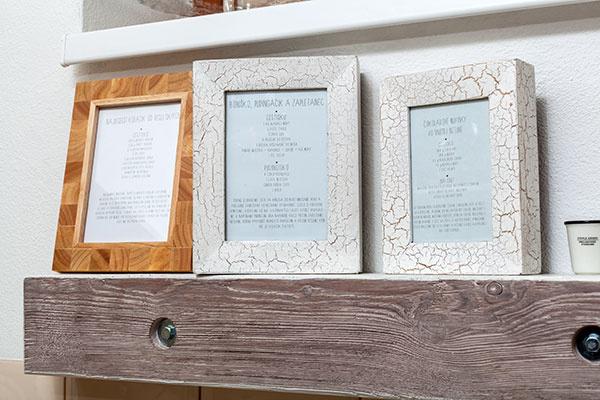 Vysokopostavené adokola používané recepty sú vystavené vrámikoch na trámovej polici.