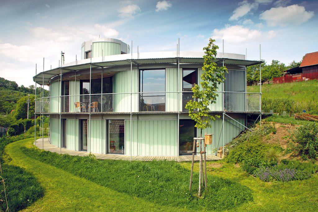 Atypický dom z plechu a lešenia si rodina nakoniec obľúbila