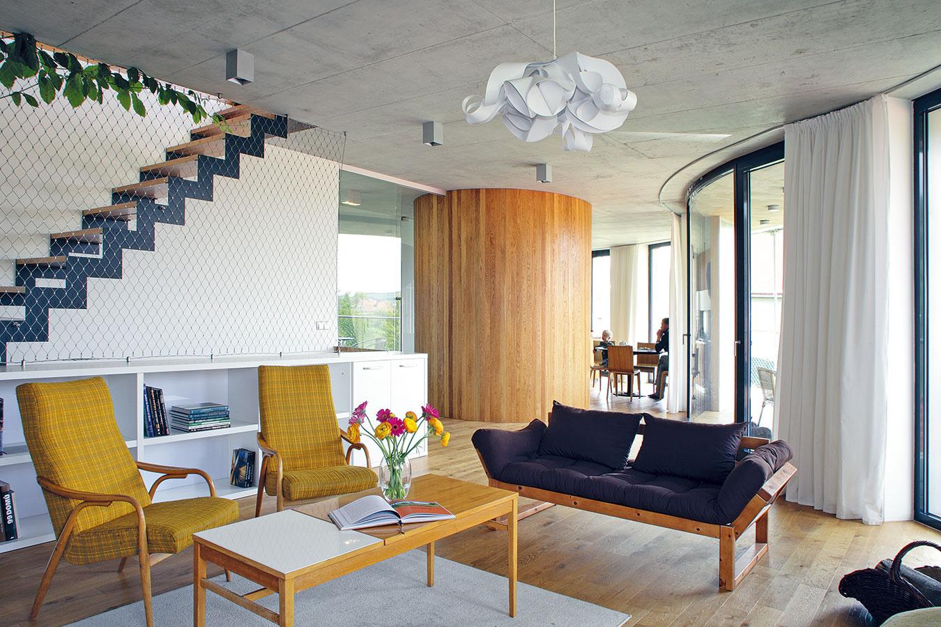 """Na podobe interiéru sa majitelia podieľali v maximálnej miere. Mali jasnú predstavu o tom, ako by mal vyzerať:  """"Vnútri sme chceli hlavne veľa dreva a nábytok, ktorý by bol mixom rôznych štýlov,"""" vysvetľuje majiteľka."""