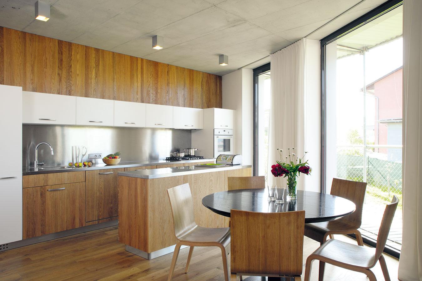 """Kuchyňa je dôvod, pre ktorý nakoniec majitelia oslovili rovnakých architektov aj pri vytváraní interiéru. """"Chodili sme po rôznych dizajnéroch a kuchynských štúdiách, ale nič nás nezaujalo, a tak sme sa opäť vrátili k OK Plan,"""" hovorí on."""
