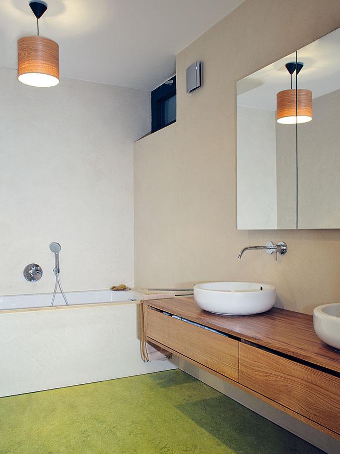 Povrchovú úpravu podlahy tvorí rovnaké zelenkavé marmoleum, aké nájdeme aj v predsieni a na toalete na hornom podlaží.
