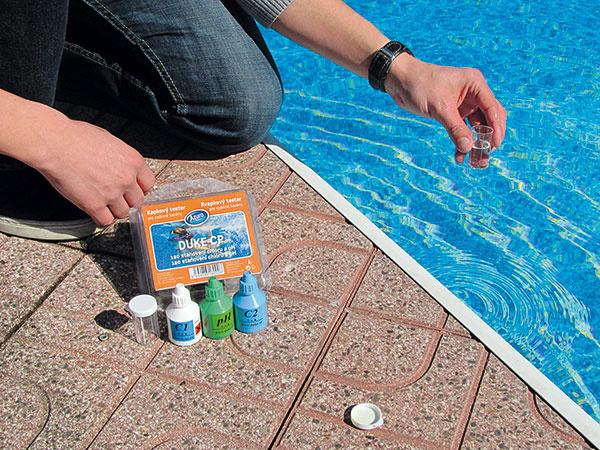 KVAPKOVÝM TESTEROM môžete jednoducho skontrolovať hodnotu pH amnožstvo chlóru vbazénovej vode. Po úprave pH aaplikácii chlóru sa odporúča preventívne použiť aj prípravok proti tvorbe rias.