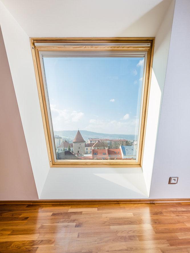Strešné okno VELUX bolo vyrobené podľa priania majiteľa, ktorý chcel do priestoru priviesť ešte viac denného svetla.