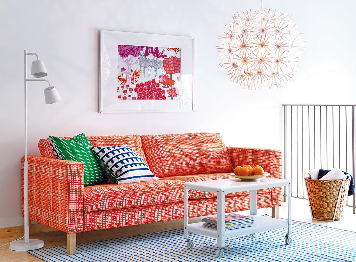Ak si váš interiér žiada oživenie, doprajte mu ho všťavnatej aenergickej oranžovej. Patrí medzi horúcu štvorku súčasnej sezóny spolu smarsalou aľadovou jahodou. Stačí ju použiť na kľúčový nábytkový kus, napríklad sedačku, koberec či nezvyčajnú lampu.