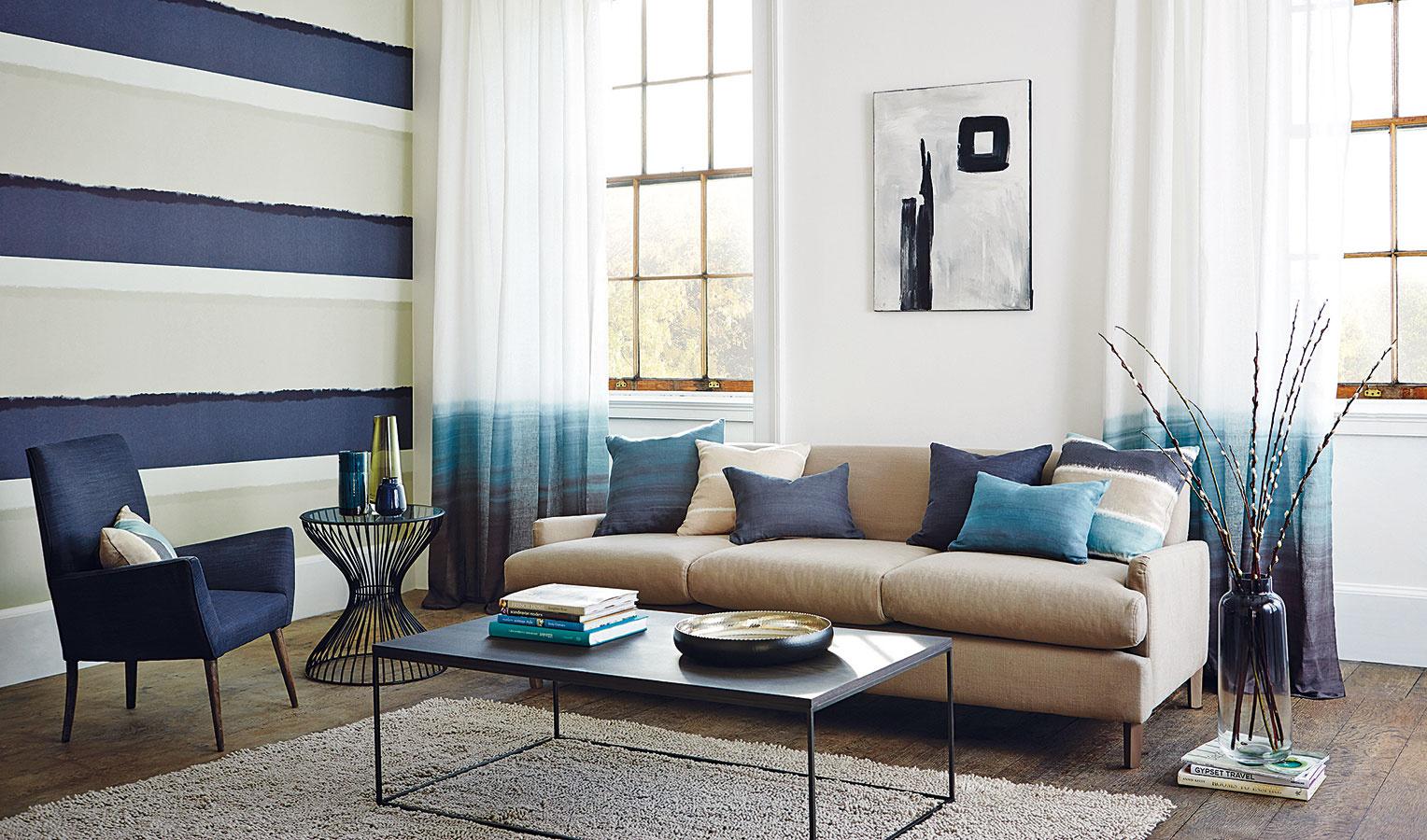 Rovnako ako voda, aj odtiene modrej, ktoré sa svodou akosi podvedome prepájajú, dokážu vniesť do interiéru pokoj aharmonickú atmosféru. Vďaka relaxačnému účinku sú vhodné najmä do spálne. Vkombinácii sbéžovou pristanú napríklad aj obývacej izbe. Istú dramatickosť docielite vmiešaním tmavomodrej do bledších odtieňov modrej.