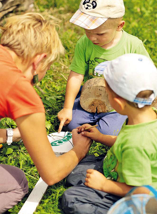 Chlapci ešte nevedia čítať, ale vďakanakreslenému hrášku sa rýchlo zorientujú, kde rastie ich zdravá delikatesa.