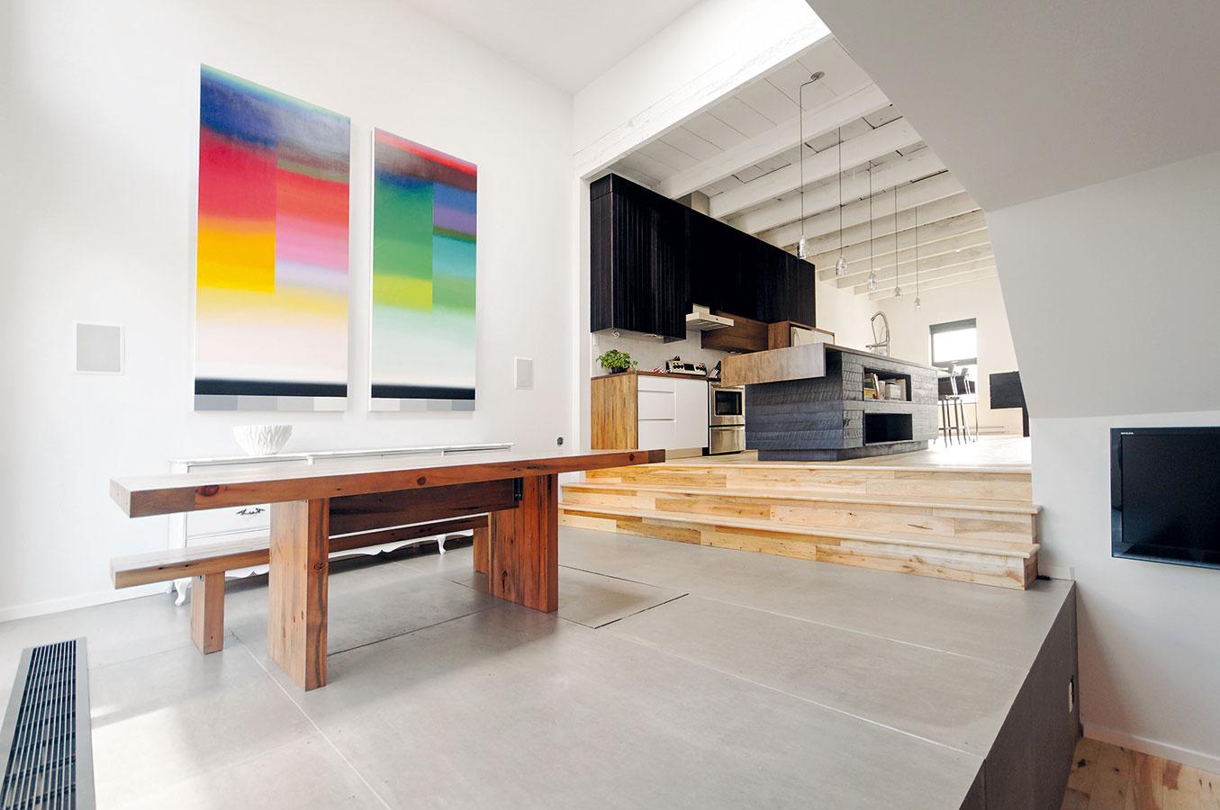 Jedáleň vpristavanej časti domu je po väčšiu časť dňa zaliata slnkom. Najväčšiu zásluhu na tom majú široké sklenené dvere, ktoré ju spájajú sterasou.