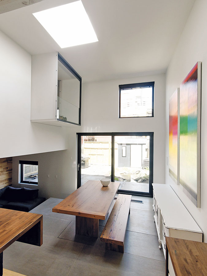 Vzdušný apriestranný interiér sa architektom podarilo vykúzliť šikovným preorganizovaním apresvetlením starého domu. Výrazne pomohla ibiela farba použitá na stenách, strope atiež na nábytku.