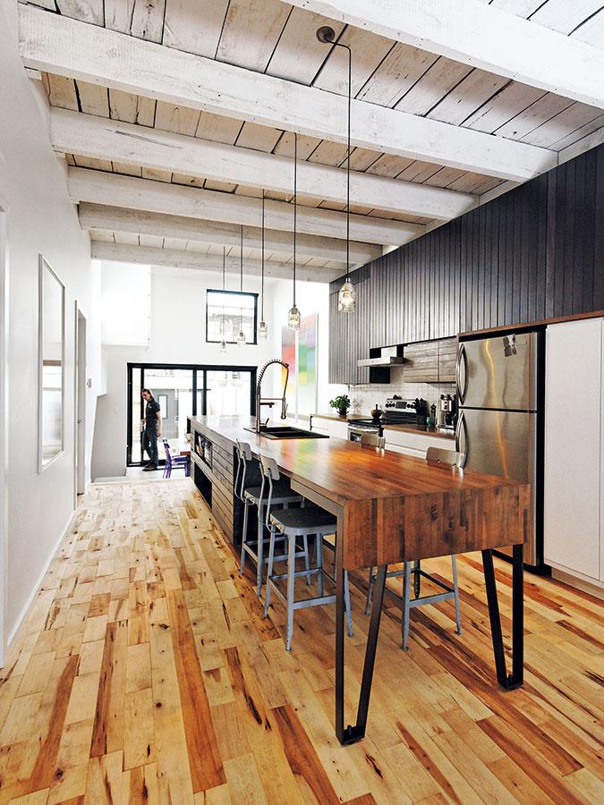 Jednoducho riešená priechodná kuchyňa je srdcom celého domu. Rovnako ako vostatných priestoroch, aj tu dominuje drevo vo všetkých možných farbách apodobách.