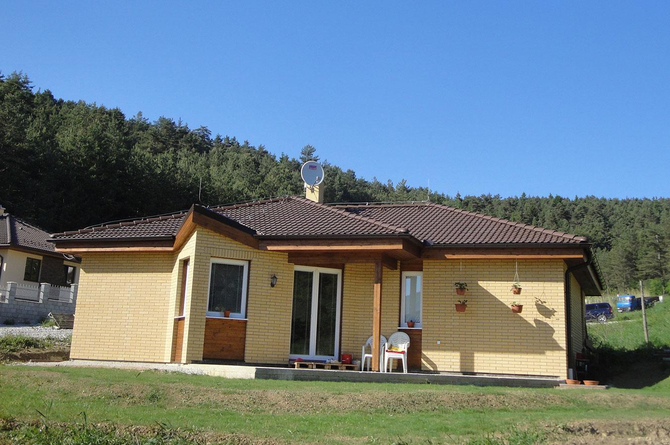 Prízemný dom s terasou, úžit. plocha 98,0 m2, osadenie do svahu