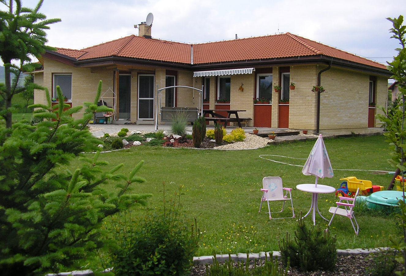 Prízemný dom s terasou, úžit. plocha 154,0 m2, osadenie na rovine