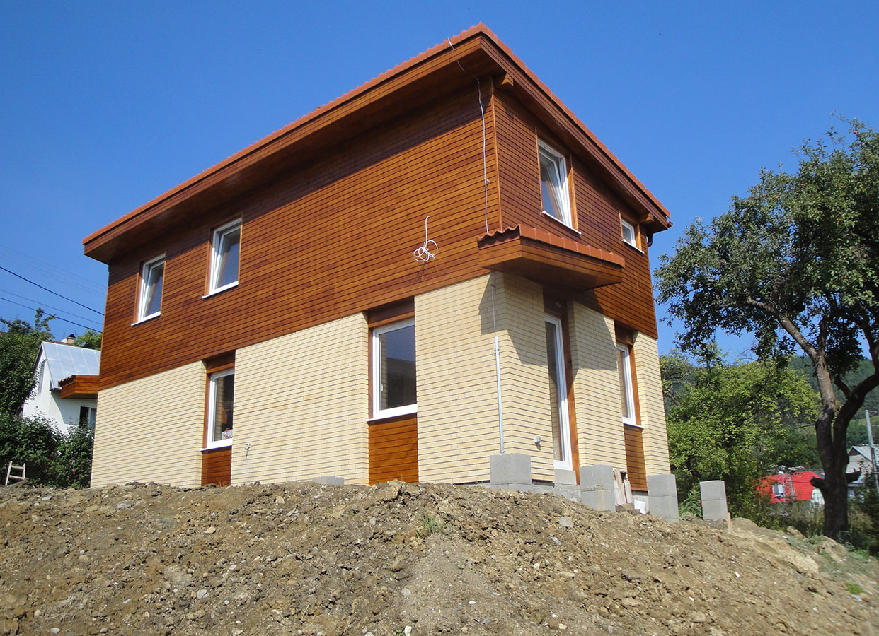 Poschodový dom malometrážny, úžit. plocha 87,0 m2, osadenie na svahovitú parcelu