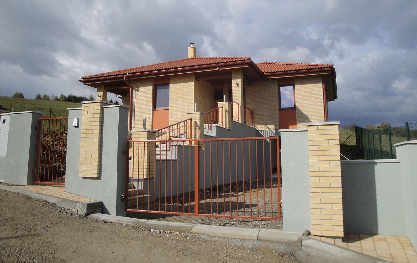Prízemný dom s podstavanou garážou, úžit. plocha 91,1 m2, osadenie na svahovitej parcele