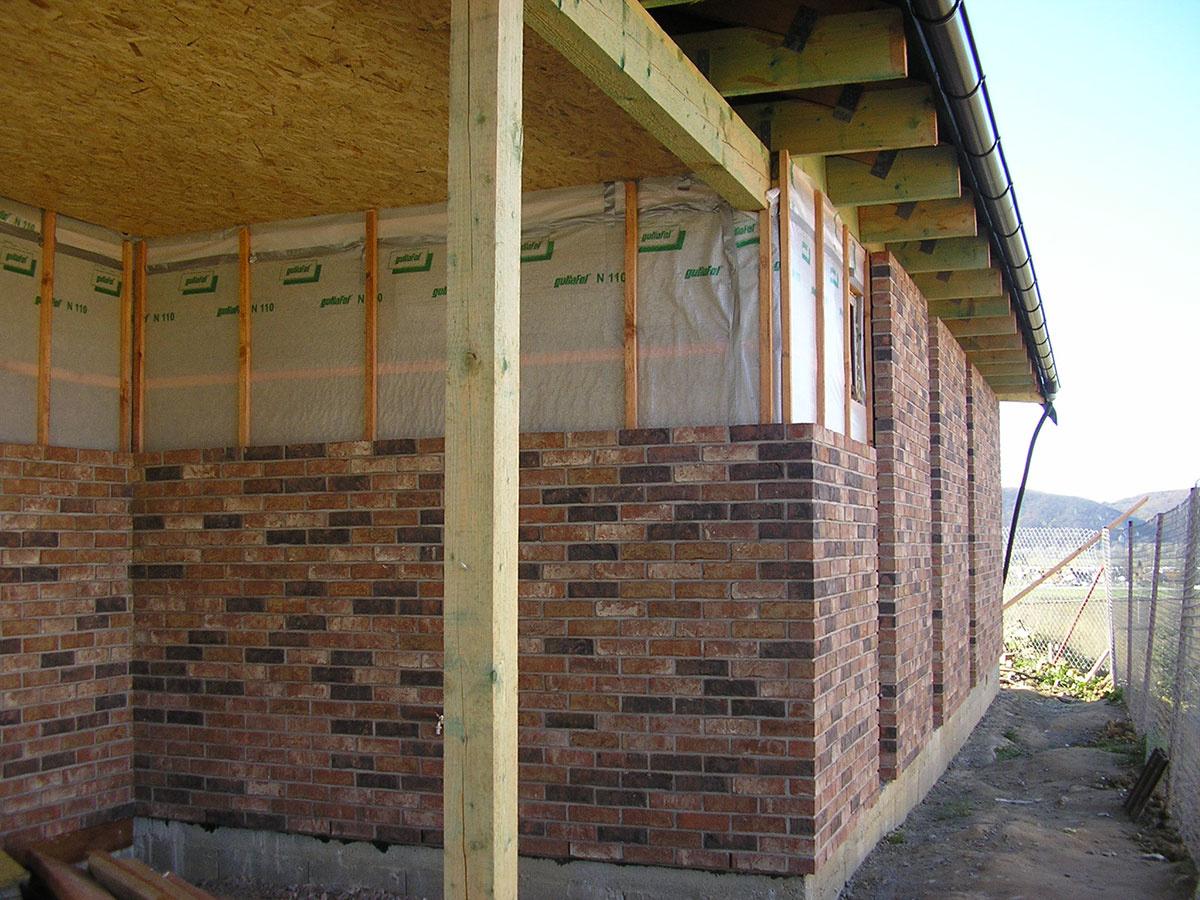 Rozpracovanosť domu – obmurovka fasády