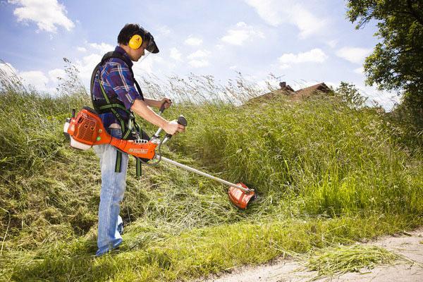 Vysokú trávu napríklad v priekopách pri cestách možno s krovinorezom pokosiť veľmi ľahko.
