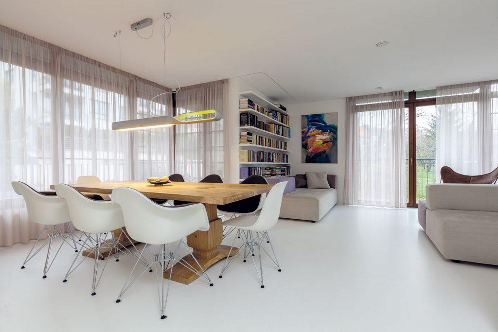 V zrekonštruovanom byte vyniká láska k bielej, minimalizmus a vášeň pre obrazy